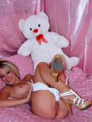 Pictures of Amy Brooke naked and spreading for you in bed