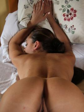 Kara Rosemary shows nude body in bed