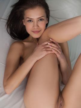 Laina posing nude in bed