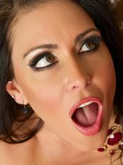 Jessica Jaymes gets on her knees to give a hot blowjob