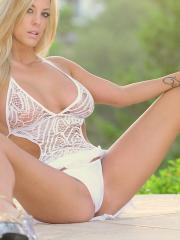 xoGisele wakes up with the sunrise as she strips her dress off and cums as the sun rises